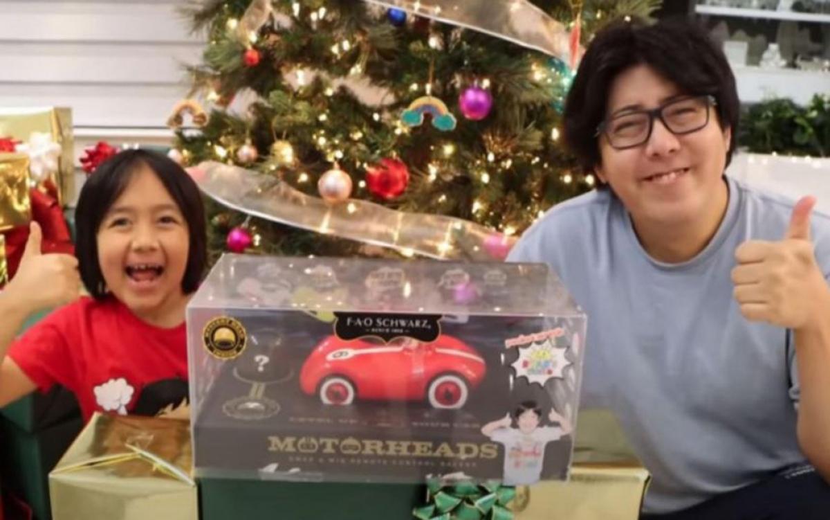 """Cậu bé Ryan Kaji (người bên trái) trong một video về """"đập hộp"""" sản phẩm mới. (Ảnh: RYAN'S WORLD/YOUTUBE)"""