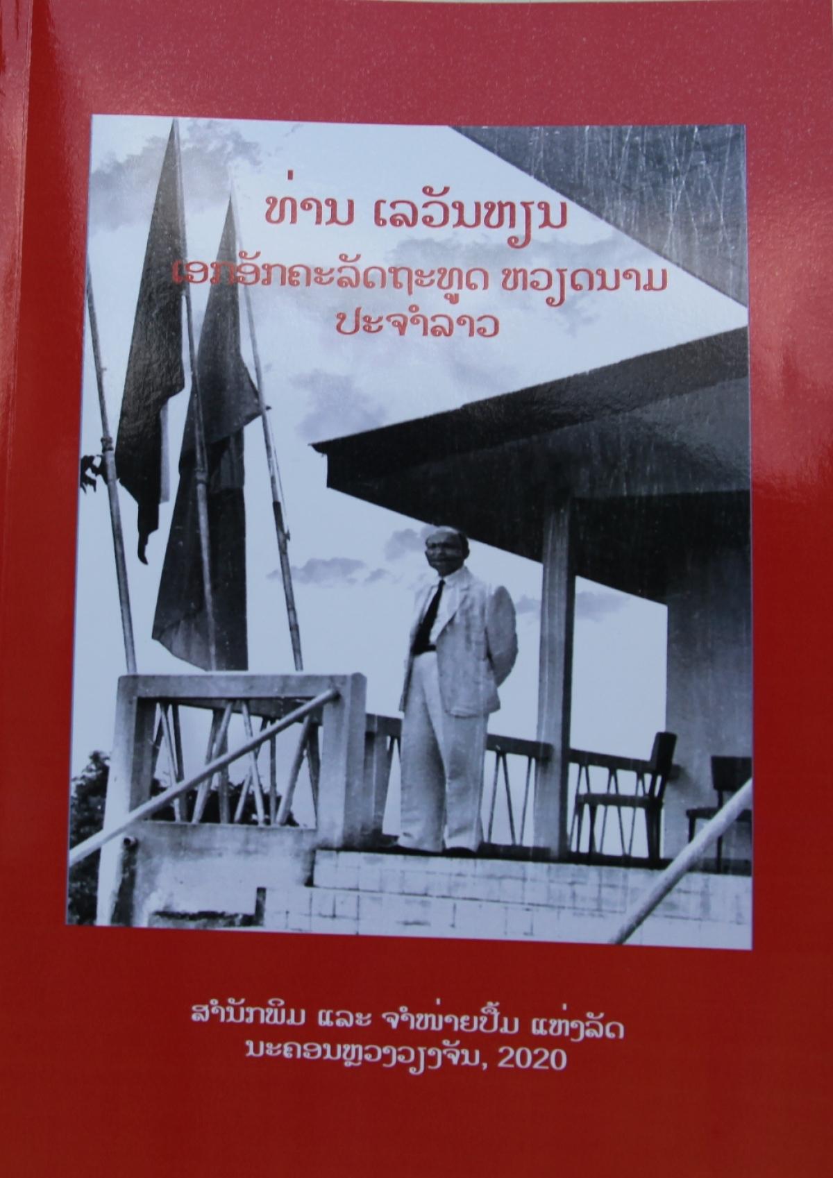 Bìa cuốn sách Đại sứ Lê Văn Hiến tại Lào