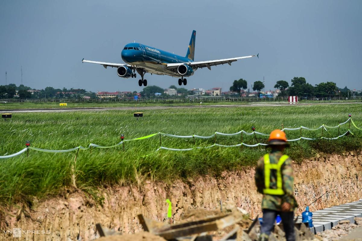 Sân bay Nội Bài mở rộng với 3 đường băng vào năm 2030, 4 đường băng vào năm 2050, xây thêm 3 nhà ga mới, để nâng công suất lên 100 triệu khách vào năm 2050.