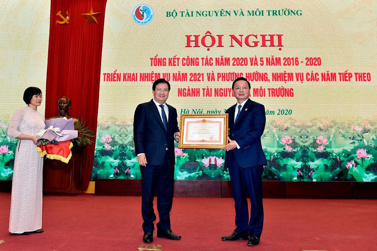 Phó Thủ tướng Trịnh Đình Dũng đã trao Bằng khen của Thủ tướng Chính phủ cho Bộ Tài nguyên và Môi trường vì đã có thành tích trong công tác năm 2019, góp phần vào sự nghiệp xây dựng Chủ nghĩa xã hội và bảo vệ Tổ quốc. (Ảnh: Báo Tài nguyên và Môi trường)