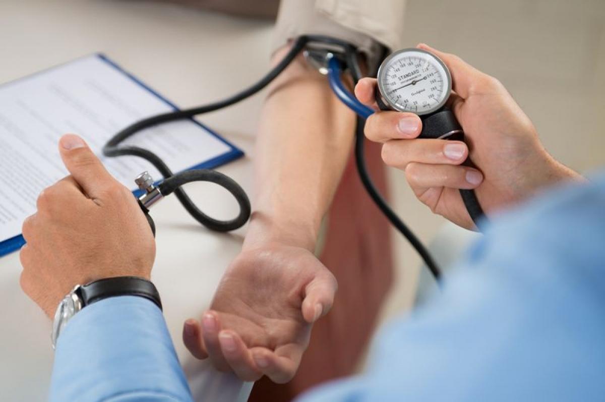 Huyết áp cao: Những người bị huyết áp cao có nguy cơ đột quỵ gấp hai lần người bình thường. Huyết áp cao có thể gây tổn thương các động mạch, làm tăng nguy cơ tắc nghẽn mạch máu và đột quỵ. Người huyết áp cao cũng dễ mắc bệnh tim mạch hơn.
