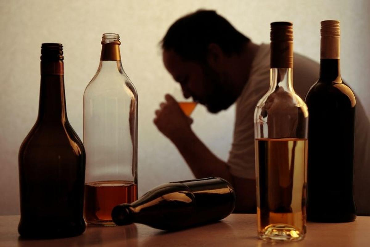 Uống rượu bia: Lạm dụng rượu bia gây ra vô số tác hại cho sức khỏe, trong đó có nguy cơ đột quỵ. Chất cồn làm tăng các yếu tố rủi ro gây đột quỵ, như cao huyết áp và bệnh tiểu đường.