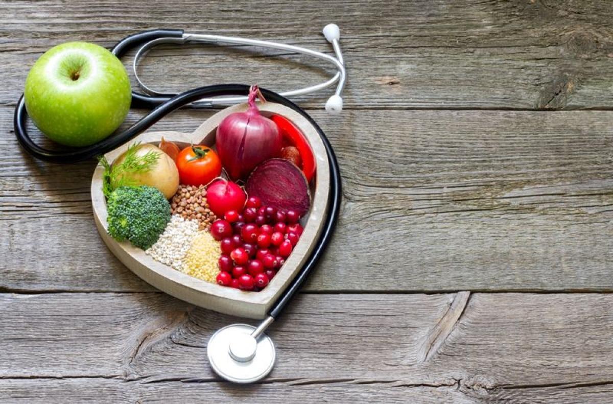 Chế độ ăn uống kém: Chế độ ăn uống không lành mạnh có thể gây nhiều nguy cơ sức khỏe khôn lường, trong đó có đột quỵ. Ăn uống lành mạnh giúp giảm nhiều yếu tố rủi ro gây đột quỵ như huyết áp cao, thừa cân, hay hàm lượng cholesterol xấu cao.