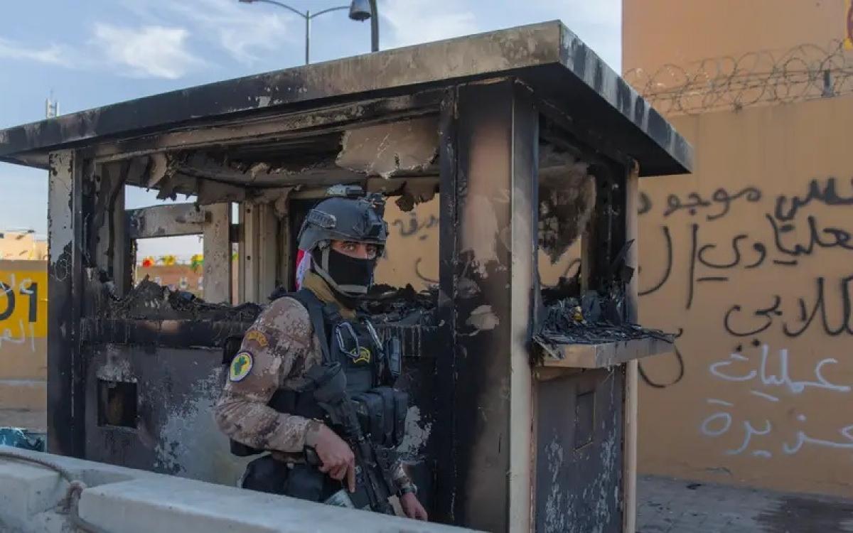 Phía trước Đại sứ quán Mỹ ở Baghdad, Iraq. Ảnh: AP.