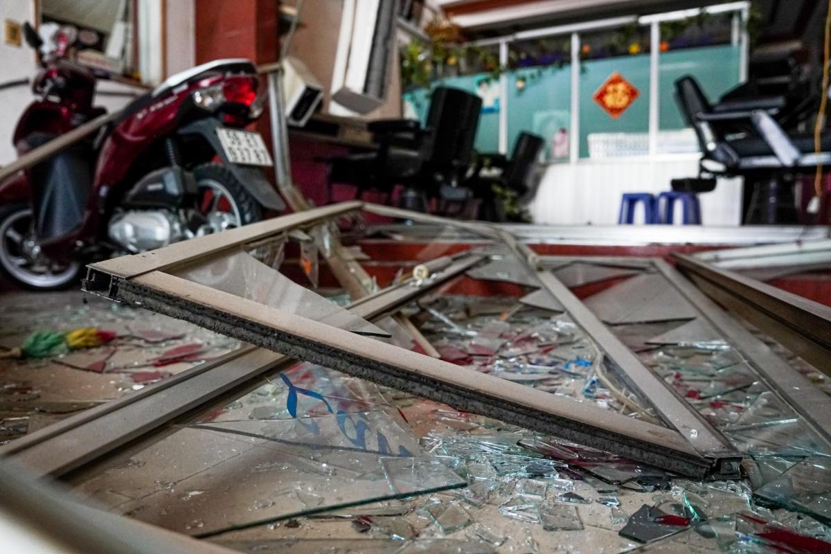 Sức ép của vụ nổ khiến gạch, đá, kính vỡ vụn văng tứ tung.