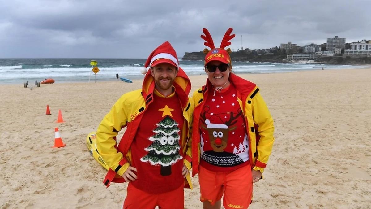 Hai nhân viên cứu hộ trong trang phục Giáng sinh và khung cảnh vắng lặng hiếm thấy trên bãi biển nổi tiếng Bondi của Sydney, Australia. Ảnh: AAP