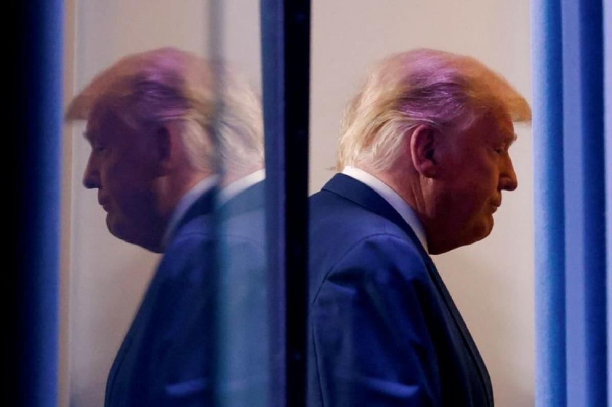 Tổng thống Trump rời đi sau cuộc họp báo tại Nhà Trắng hôm 5/11. Ảnh:Reuters