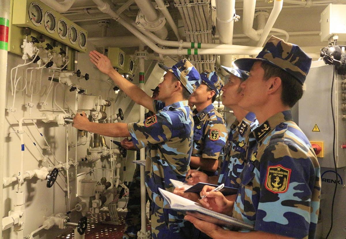 Huấn luyện thực hành trên tàu hộ vệ tên lửa.
