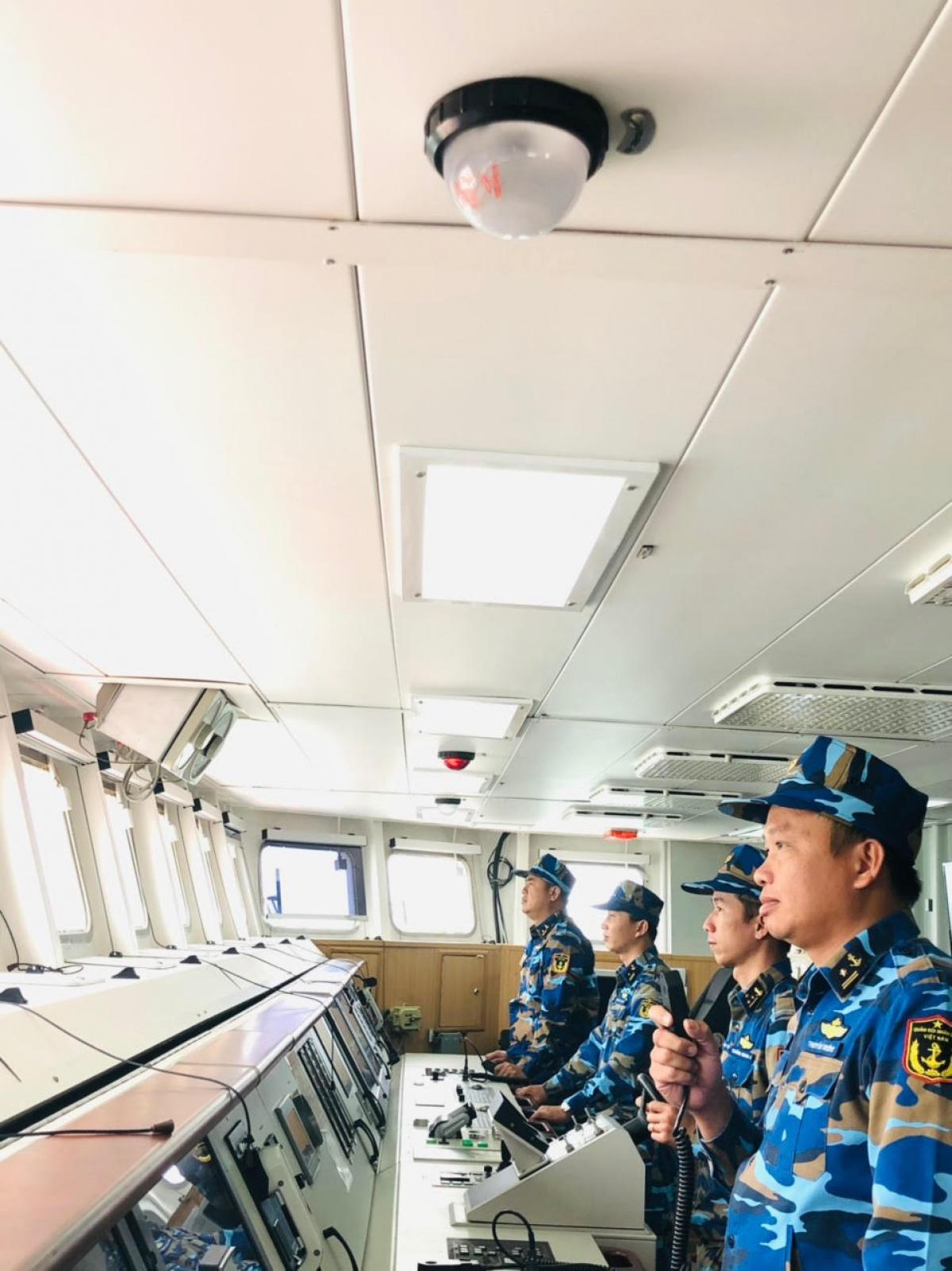Thuyền trưởng Trần Văn Vương (cầm bộ đàm) đang chỉ huy huấn luyện.