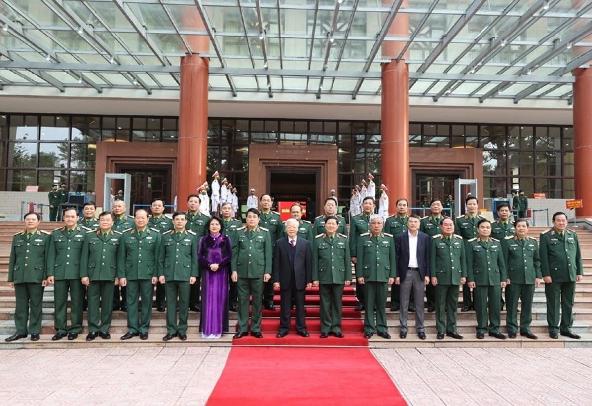 Tổng Bí thư, Chủ tịch nước, Bí thư Quân ủy Trung ương Nguyễn Phú Trọng chụp ảnh cùng các đại biểu tham dự Hội nghị. Ảnh: TTXVN.