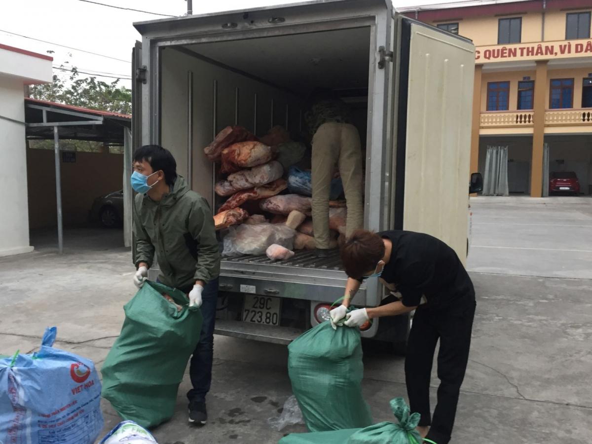 Thời điểm kiểm tra phát hiện trên 2 đang chở 2 tấn thịt lợn bốc mùi, chảy nước. Nguồn: Cục QLTT Hải Dương