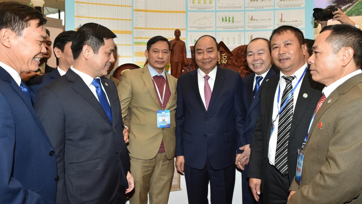 Thủ tướng tham quan triển lãm thành tựu phát triển kinh tế tập thể, hợp tác xã và hoạt động của hệ thống Liên minh HTX Việt Nam giai đoạn 2016-2020. (Ảnh VGP)