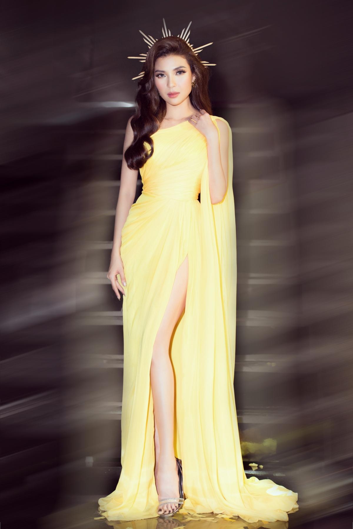 Cô dẫn dắt chương trình với chiếc đầm vàng do NTK Song Toàn thực hiện. Phom dáng cùng phong thái của nữ diễn viên tựa một nữ hoàng mùa thu đích thực.