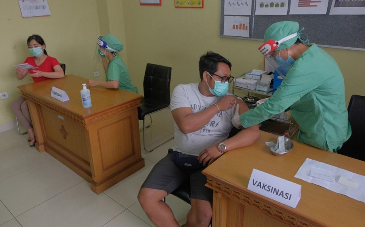 Tiêm vaccine Covid-19 tại 1 nước Đông Nam Á. Ảnh: Antara.