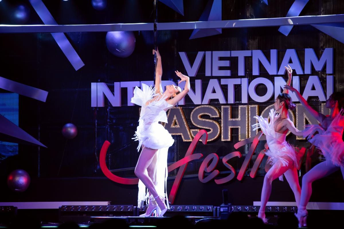 Lần đầu tiên, cựu siêu mẫu thể hiện tài năng pole dance (múa cột) trên sàn catwalk khi đóng vai trò là first face cho show diễn.