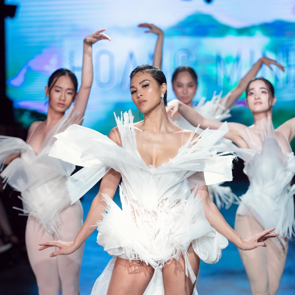 Khi được NTK Hoàng Minh Hà ngỏ lời mời diễn first face, cô đã đưa ra gợi ý sử dụng pole dance để giúp cho show diễn tạo điểm nhấn khác lạ và độc đáo.