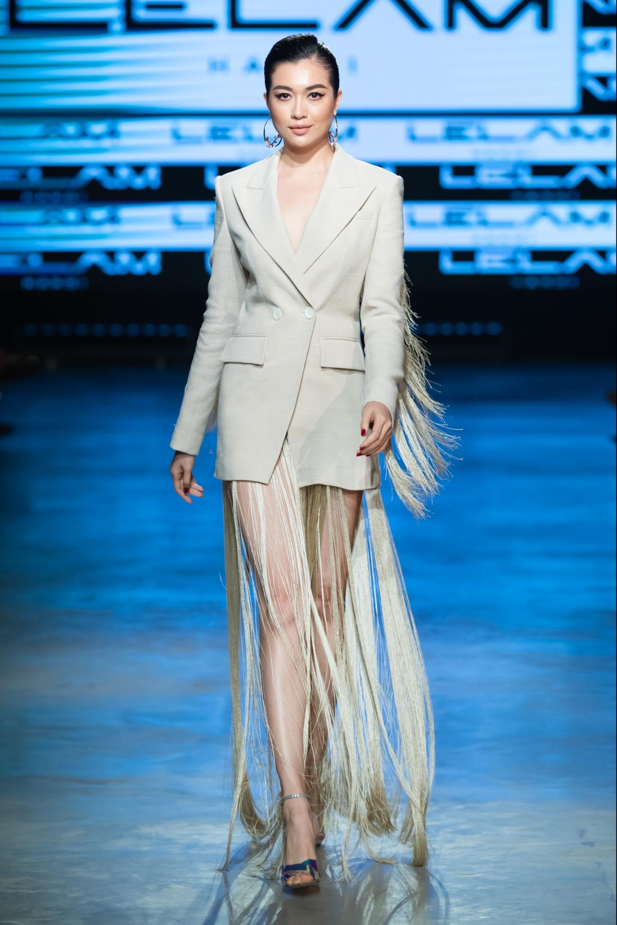 """Á hậu Lệ Hằng xuất hiện kết show trong một thiết kế vest phối cùng chân váy tua rua với ý nghĩa rằng nàng """"Phố Đêm"""" đến lúc buông rèm."""