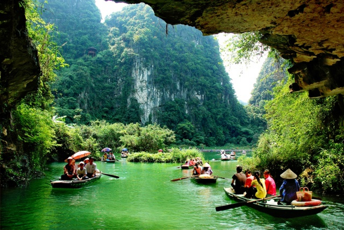 Sitting on a boat to enjoy the scenery in the first days of the year without worrying about hot weather or drizzling rain, ...