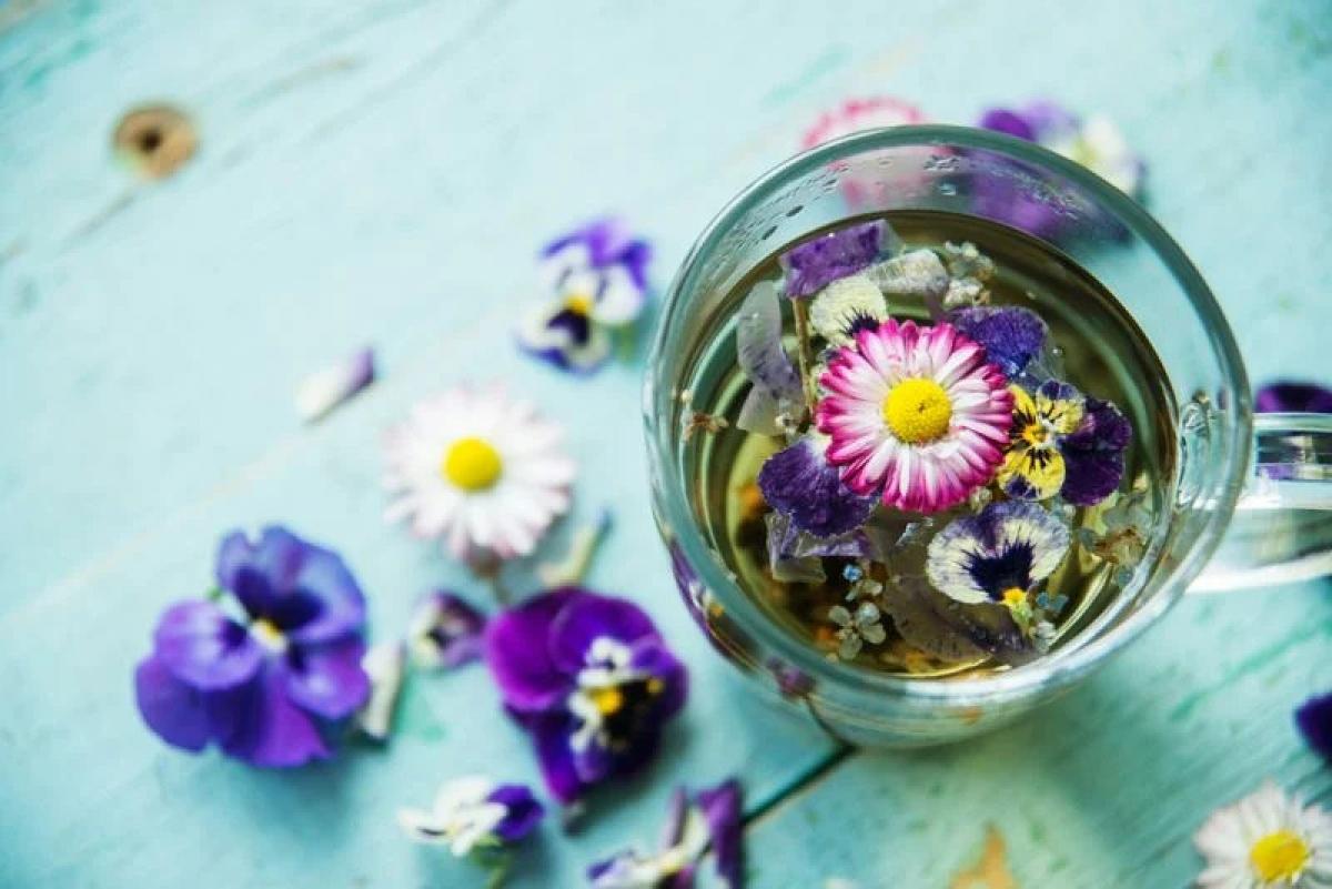 """Các loại hoa ăn được: Sử dụng các loại hoa ăn được trong nấu nướng không còn là điều xa lạ, và xu hướng này sẽ còn """"nở rộ"""" hơn nữa trong năm 2021. Các loại hoa này đem lại rất nhiều lợi ích sức khỏe như cải thiện giấc ngủ, hạ huyết áp, giảm đau bụng, hay hỗ trợ giảm cân."""