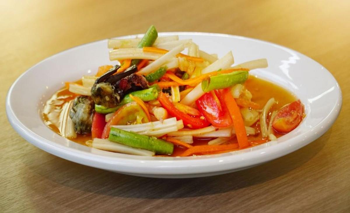 Chế biến thức ăn thừa: Xu hướng chế biến các phần thực phẩm thừa đã thịnh hành trong năm 2020 và sẽ còn tiếp tục làm mưa làm gió trong năm 2021. Thay vì bỏ các phần thức ăn như rễ hay gốc rau, người ta tìm cách chế biến các món ăn từ tất cả các phần nguyên liệu.