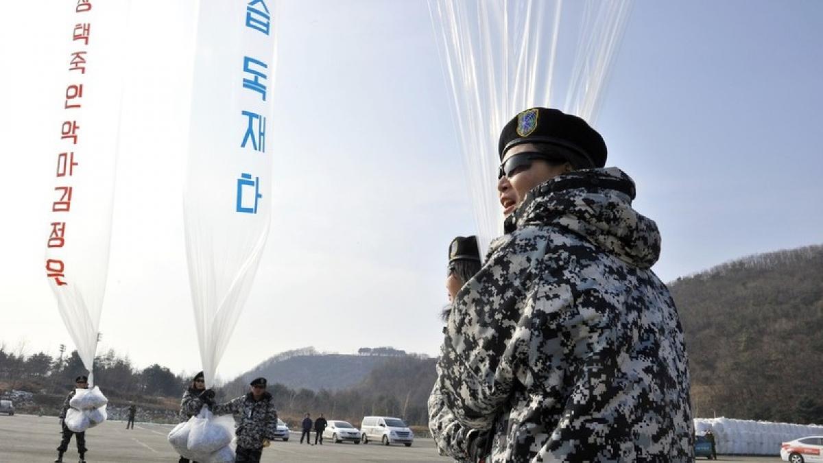 Những người đào tẩu Triều Tiên cầm bóng bay mang truyền đơn chống Triều Tiên. Ảnh: AFP.