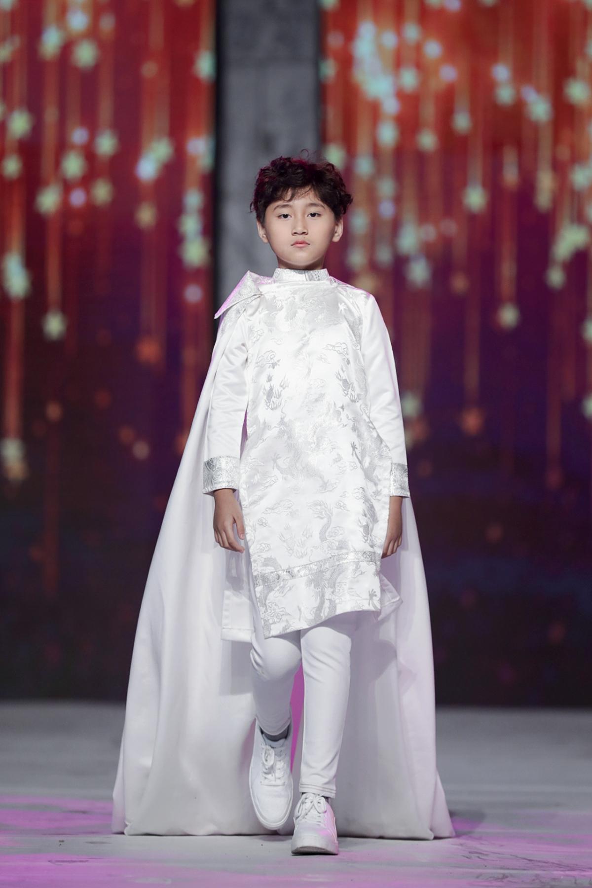 Tham gia học viện đào tạo người mẫu của Xuân Lan, những bước đi thần thái, chuyên nghiệp của Vũ Ngọc Trọng Phương được khán giả dành nhiều lời khen ngợi tại Tuần lễ thời trang trẻ em Việt Nam chủ đề Winter Swan vừa kết thúc tối 27/12.