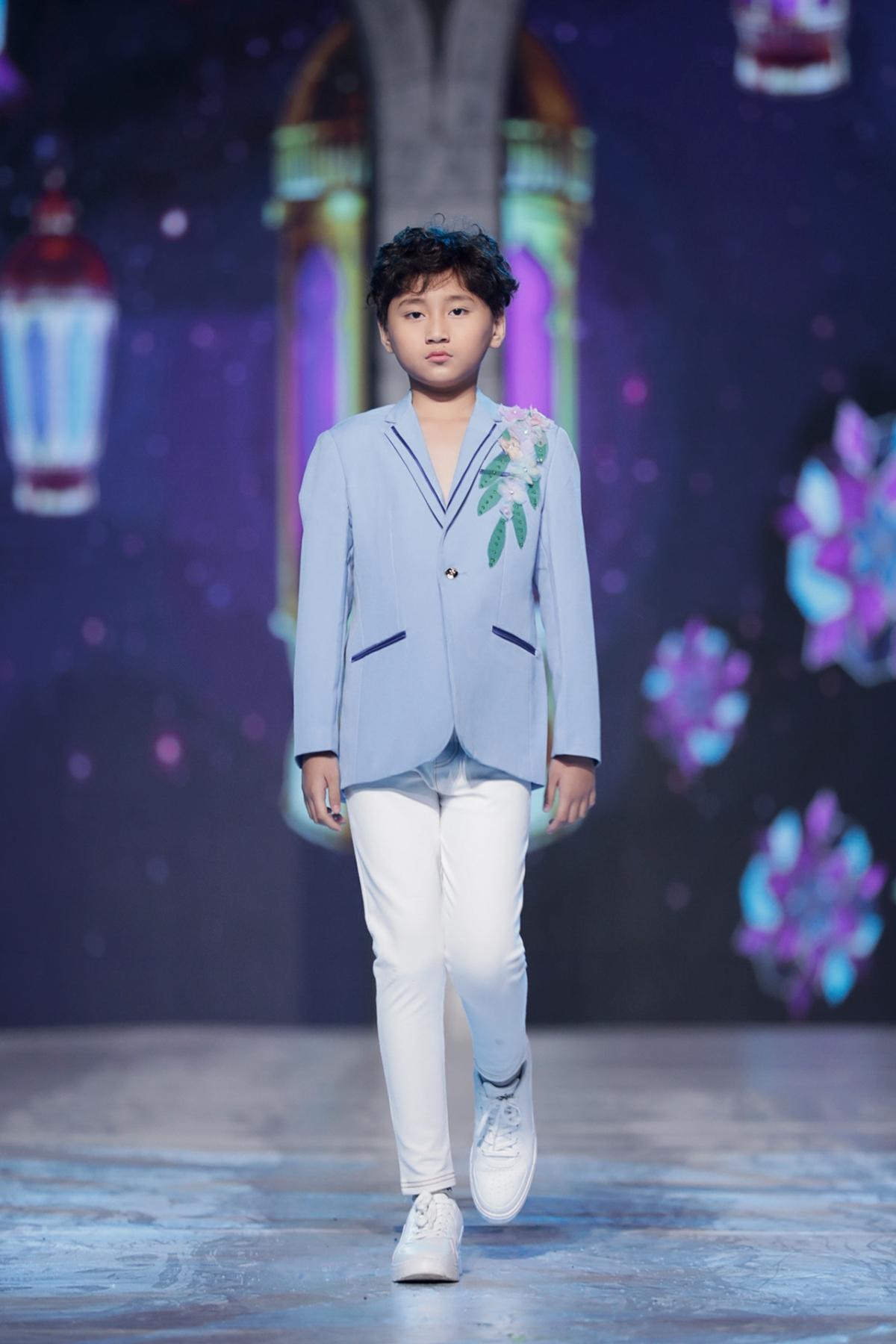 Mẫu nhí từng tham gia show thời trang của NTK Đỗ Mạnh Cường vào tháng 10/2020, góp mặt vào Vietnam Runway Fashion Week trong BST của NTK Trương Thanh Long.