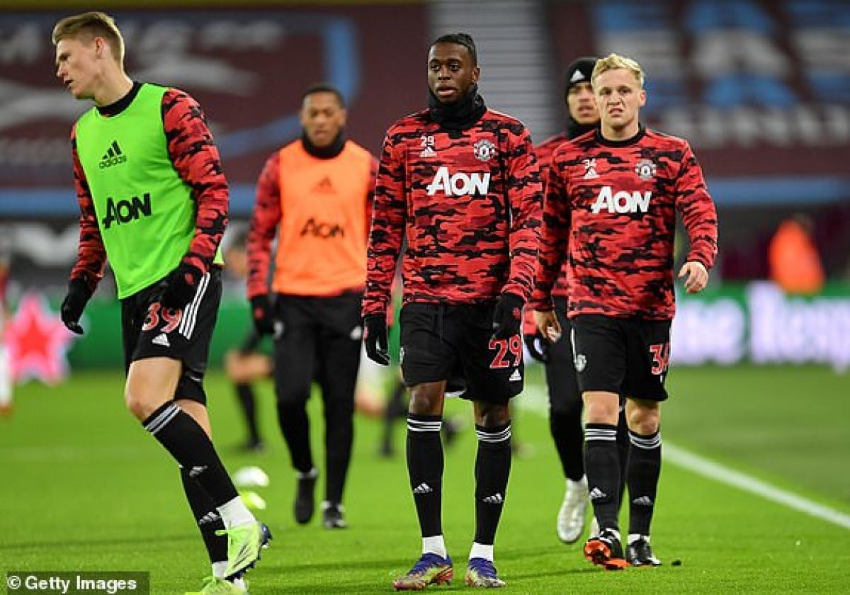 Các cầu thủ MU khởi động ở London Stadium. (Ảnh: Getty).
