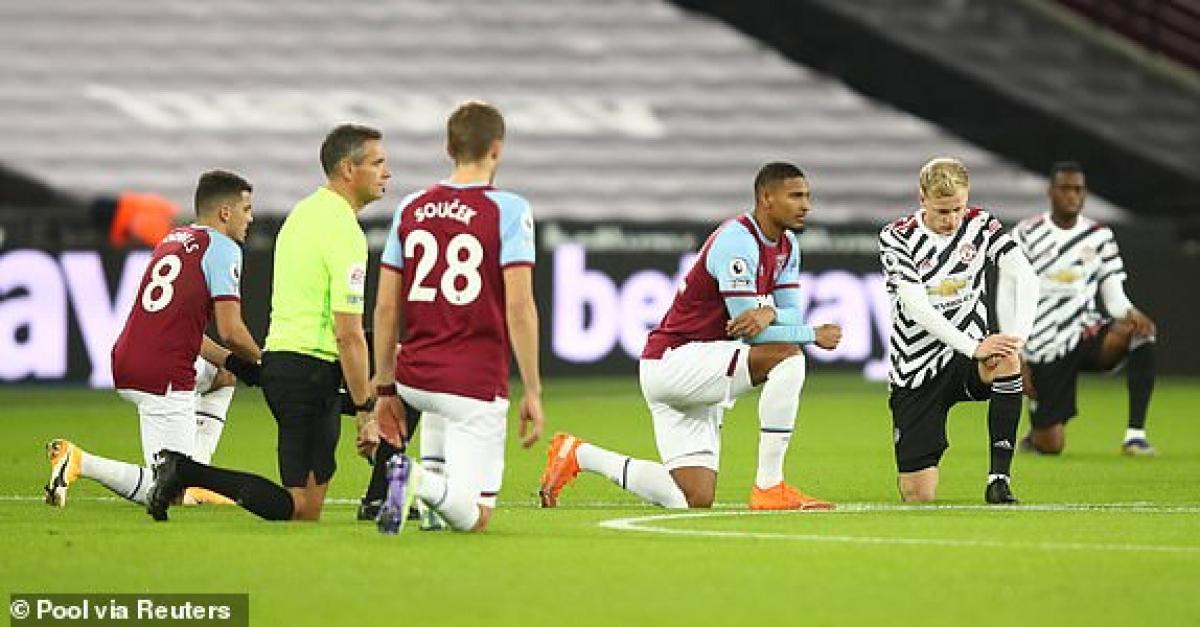 Khoảng 2.000 CĐV có mặt ở London Stadium theo dõi trận đấu West Ham - MU trong khuôn khổ vòng 11 Ngoại hạng Anh 2020/2021. (Ảnh: Reuters).