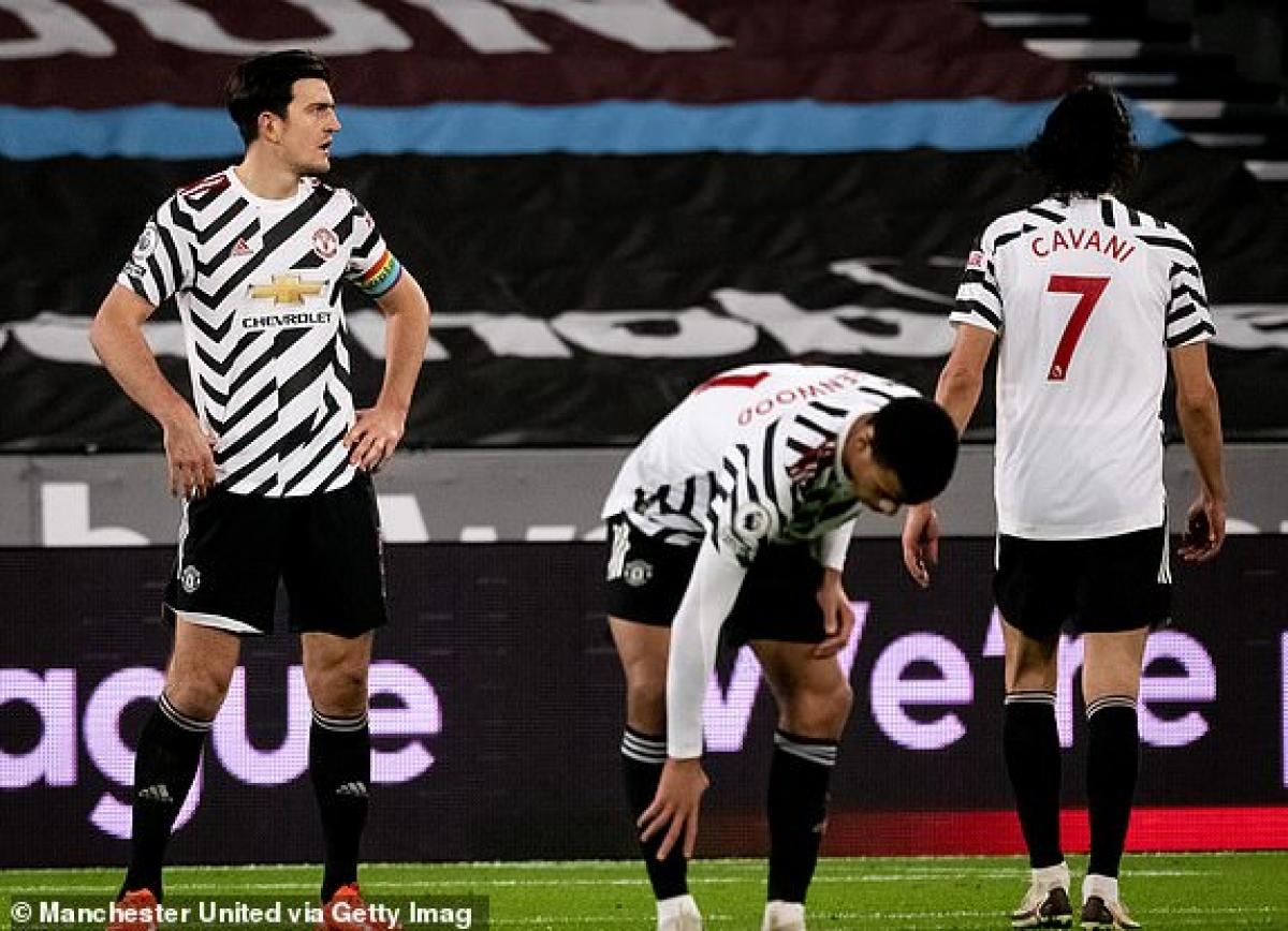 Cavani được rút khỏi sân sau hiệp một thi đấu kém ấn tượng. (Ảnh: Getty).