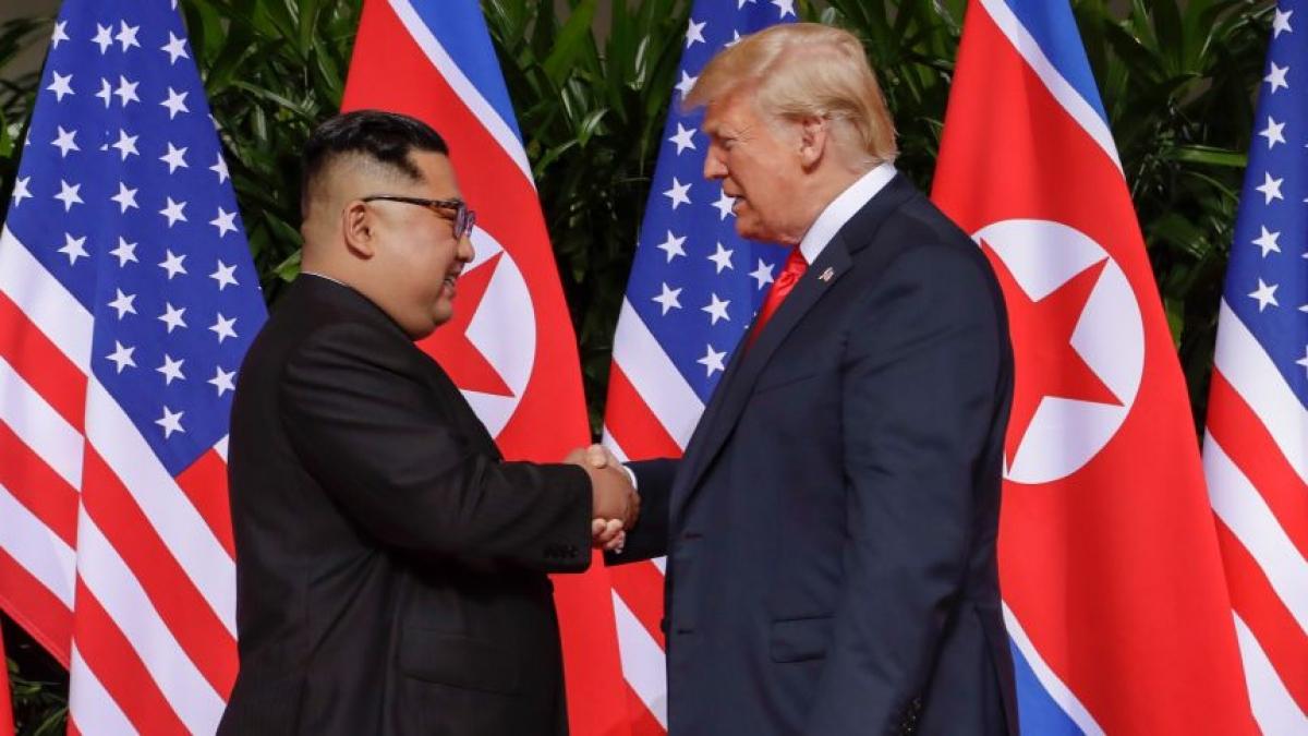 Cuộc gặp thượng đỉnh lịch sử giữa Tổng thống Mỹ Donald Trump và Nhà lãnh đạo Triều Tiên Kim Jong-un tại Singapore tháng 6/2018. Ảnh: AP