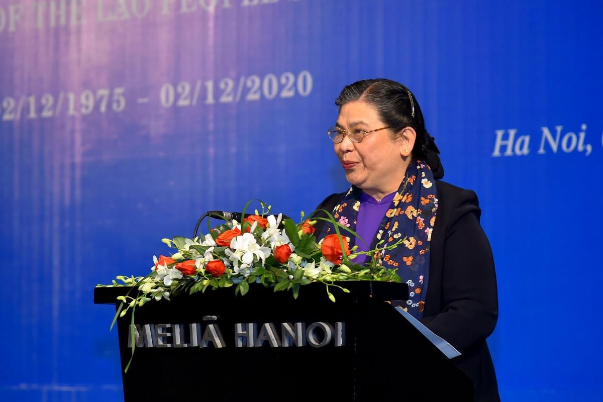 Phó Chủ tịch Thường trực Quốc hội Tòng Thị Phóng chúc mừng những thắng lợi to lớn và toàn diện của Lào trong 45 năm qua.