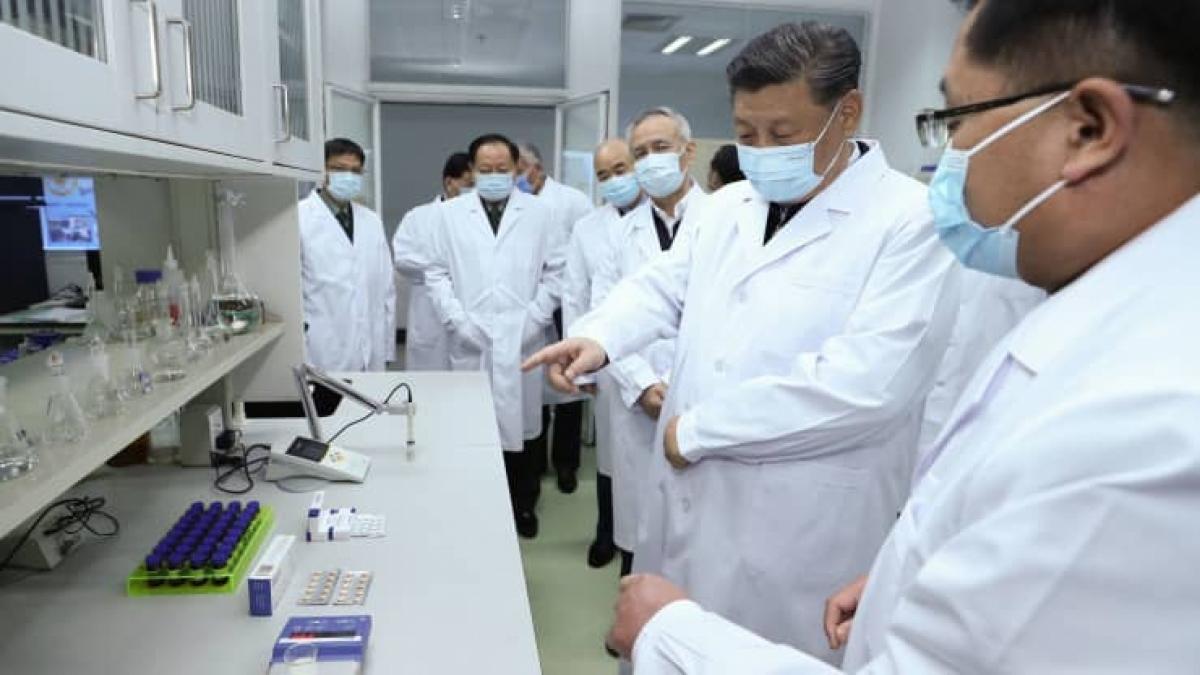 Chủ tịch Trung Quốc Tập Cận Bình tới thăm cơ sở khoa học nghiên cứu vaccine tại Bắc Kinh ngày 2/3/2020. Ảnh: Tân hoa xã/Getty