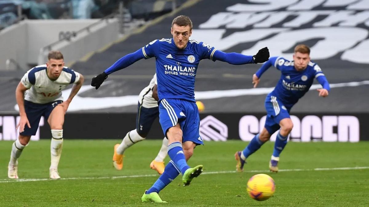 Vardy ghi bàn từ chấm 11m góp phần vào chiến thắng của Leicester. (Ảnh: Premier League).