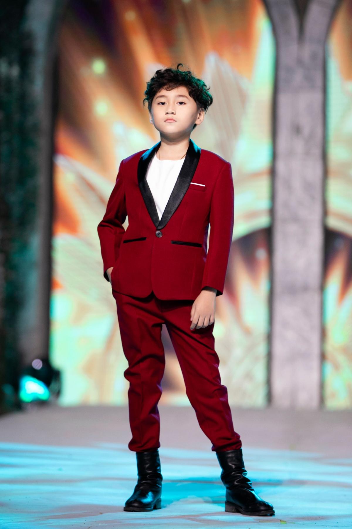 """Cậu bé 9 tuổi là first face và vedette trong chuỗi show """"Vietnam Junior Fashion Week""""."""
