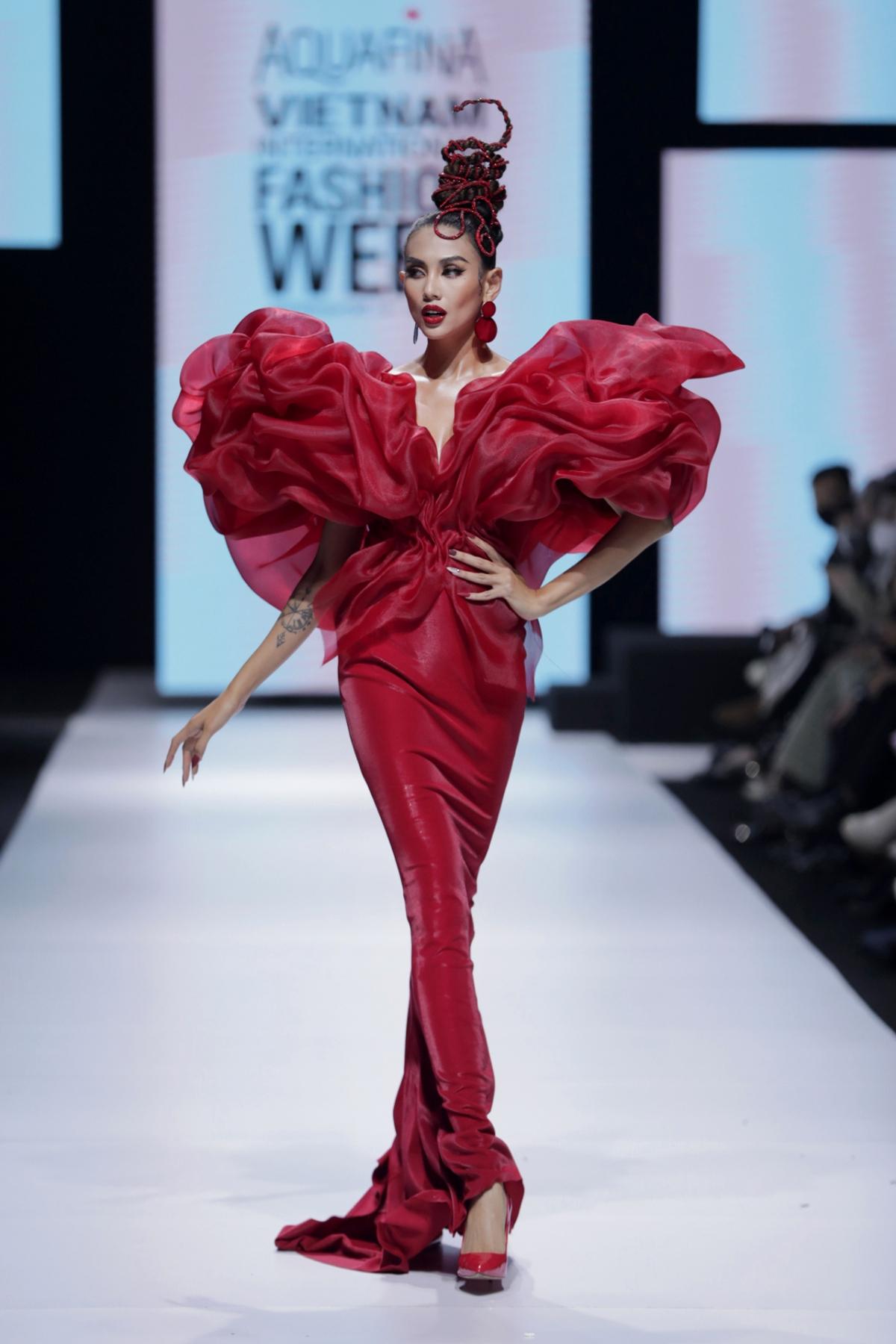 """BST """"Chạm"""" đến từ nhà thiết kế Hoàng Minh Hà trong đêm bế mạc Tuần lễ thời trang quốc tế Việt Nam 2020 đã mang đến cho khán giả những cảm xúc vô cùng thăng hoa và bất ngờ khi siêu mẫu Võ Hoàng Yến catwalk như nhảy múa trong vai trò vedette tại bộ sưu tập của nhà thiết kế Hoàng Minh Hà."""