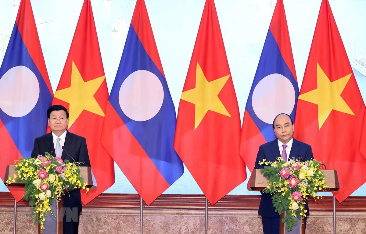 Thủ tướng Nguyễn Xuân Phúc và Thủ tướng Lào Thongloun Sisoulith họp báo chung sau khi kết thúc Kỳ họp lần thứ 43 Ủy ban liên Chính phủ Việt - Lào. (Ảnh: Thống Nhất/TTXVN)