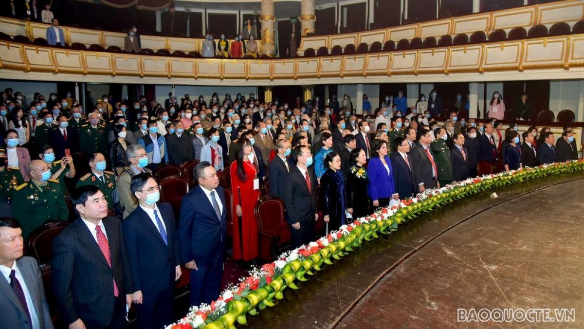 Các đại biểu tham dự buổi lễ làm lễ chào cờ. (Ảnh: baoquocte.vn)