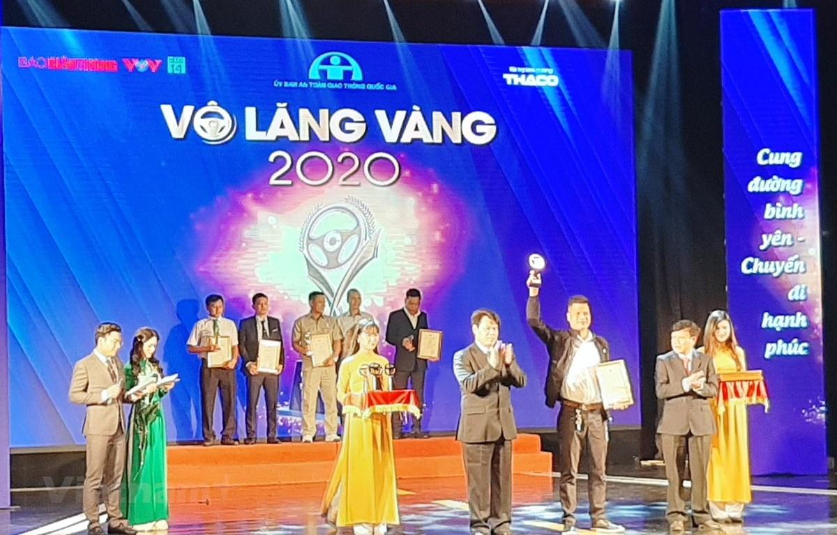 """Ủy ban ATGT Quốc gia đã trao cho 17 tập thể và 50 cá nhân đạt giải thưởng """"Vô lăng vàng"""" lần thứ 8 năm 2020."""