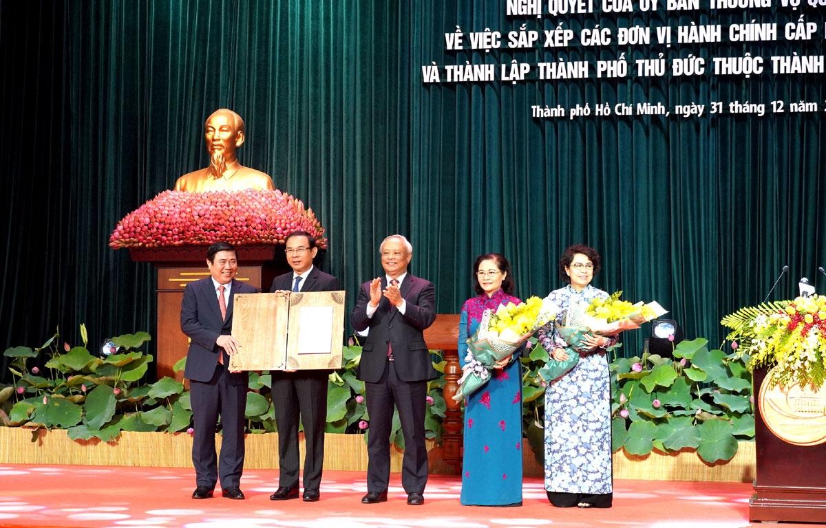 Ông Uông Chu Lưu trao Nghị quyết của Quốc hội về thành lập TP Thủ Đức cho lãnh đạo TP.HCM.