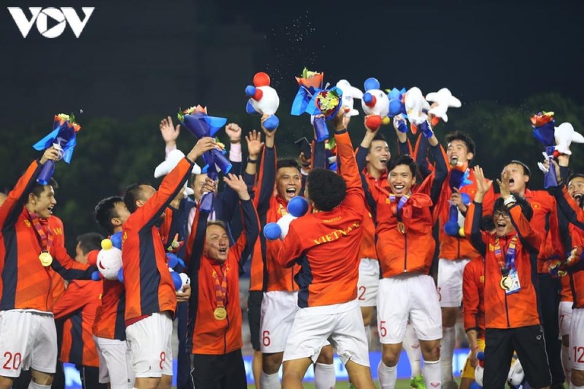 Các cầu thủ U22 Việt Nam trên bục nhận HCV SEA Games 30. (Ảnh: Ngọc Duy).