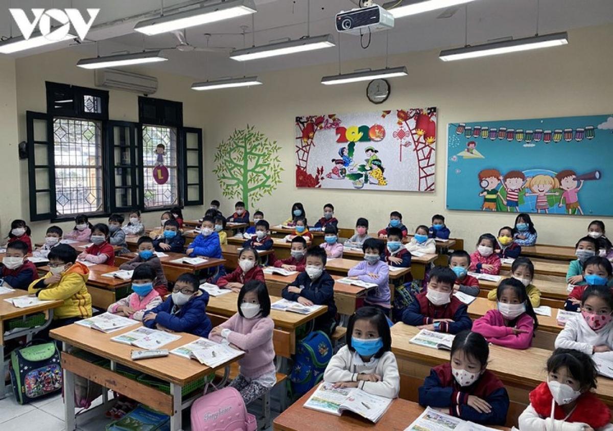 Học sinh Hà Nội đeo khẩu tran từ nhà đến trường để phòng dịch Covid-19