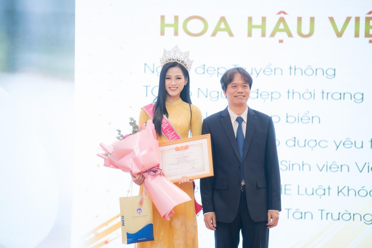 Tại buổi gặp gỡ, Đỗ Thị Hà khẳng định dù đảm đương cương vị mới với lịch trình công việc bận rộn nhưng cô vẫn quyết tâm ưu tiên việc đi học.