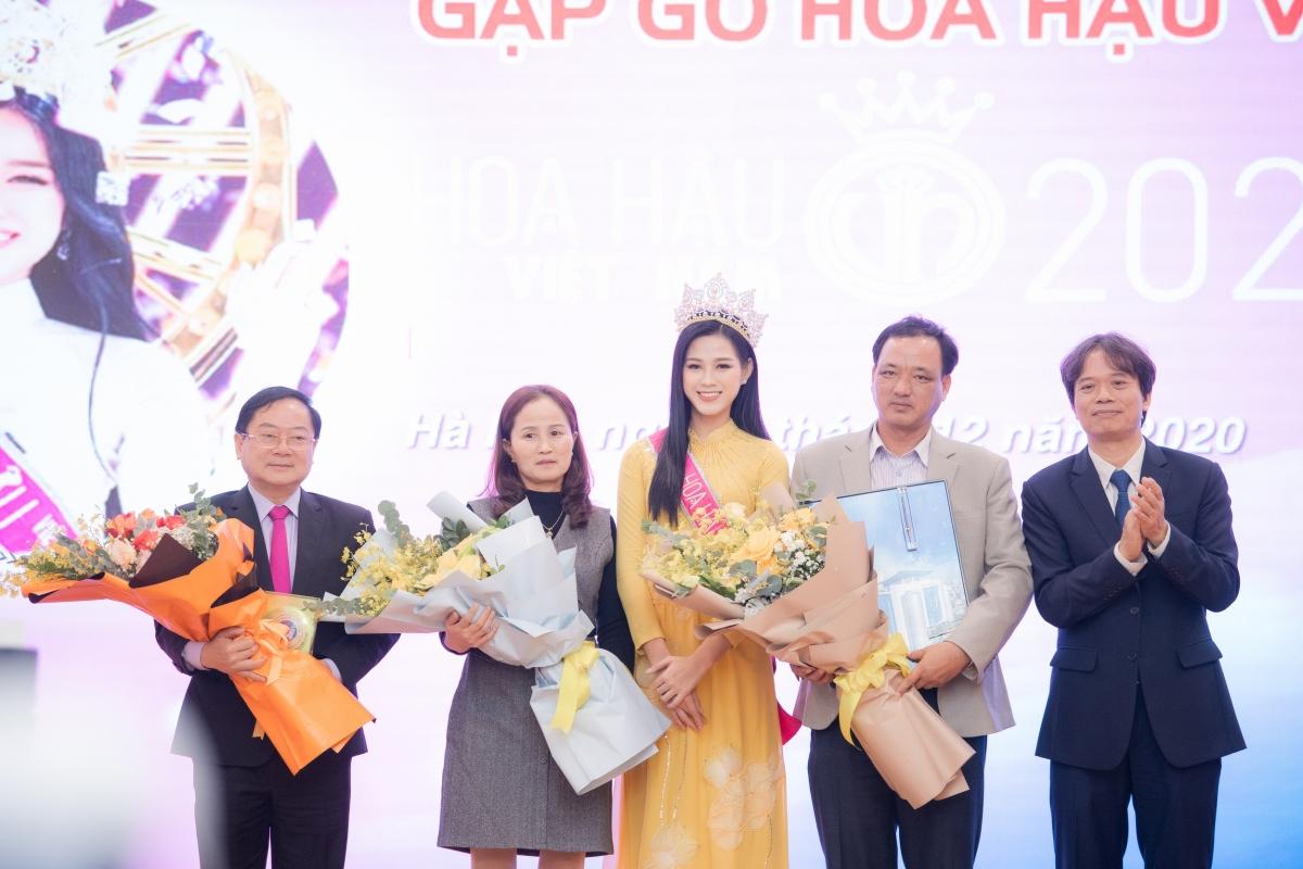 Bên cạnh đó, tân Hoa hậu Việt Nam cũng cho biết, điều cô mong muốn nhất lúc này là có thể truyền cảm hứng tới các bạn trẻ.