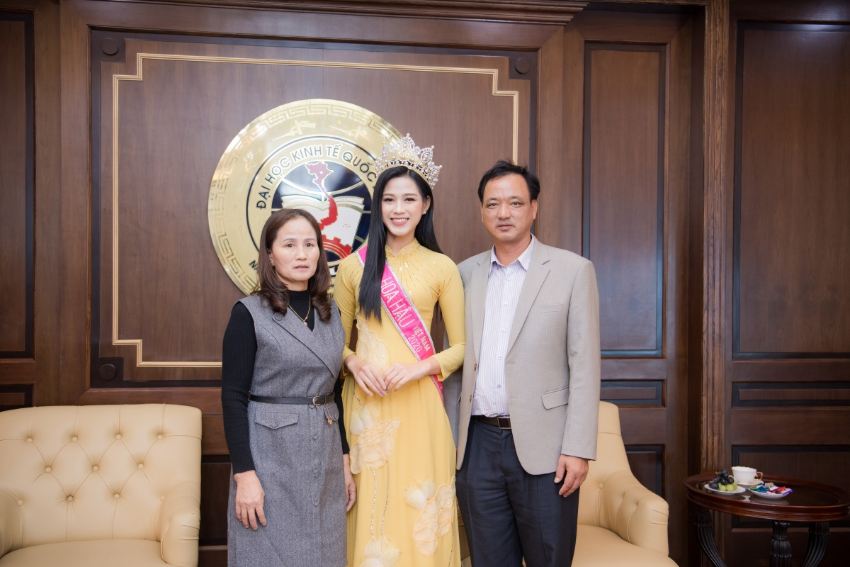 Bố mẹ Hoa hậu Đỗ Thị Hà cùng con gái trong buổi gặp mặt tại trường.