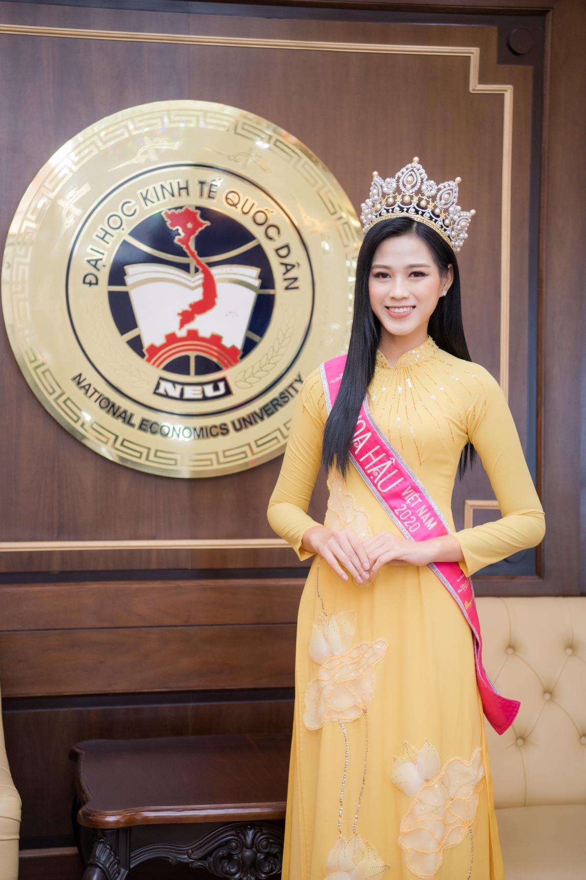 Người đẹp chọn chiếc áo dài màu vàng nổi bật, đeo vương miện danh giá.