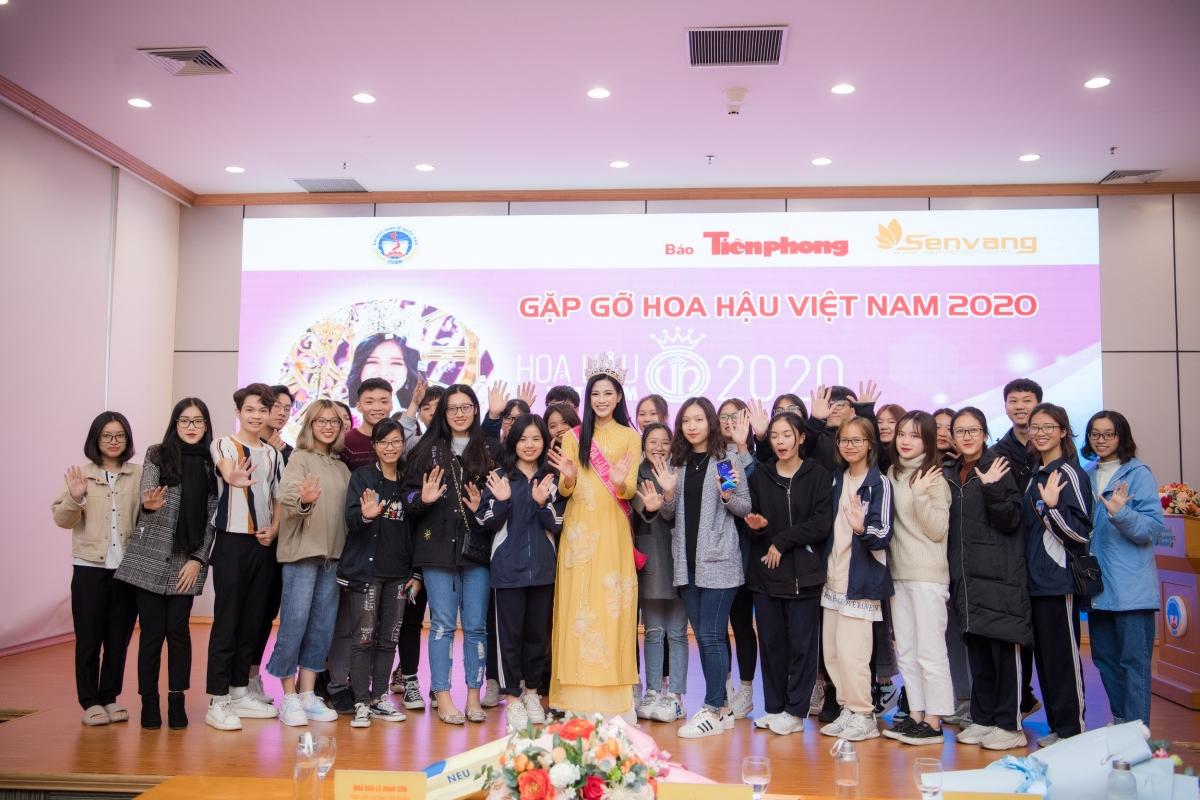 Cũng tại buổi gặp gỡ, Hoa hậu Đỗ Thị Hà cũng chia sẻ thêm về bức ảnh bản thân lấm lem bùn đất được lan truyền trên mạng xã hội khi vừa đăng quang.