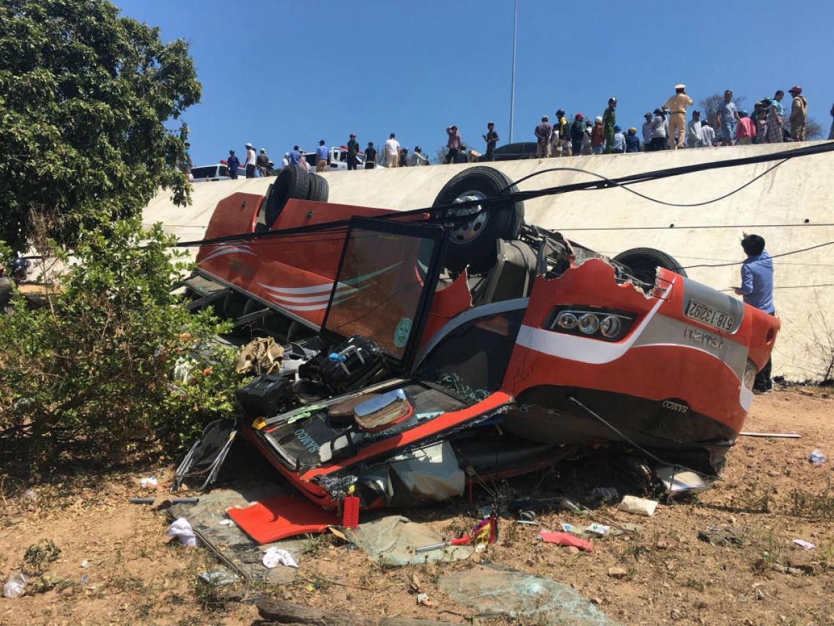 Hiện trường vụ xe khách lao xuống vực ở Mũi Né, Bình Thuận ngày 9/3/2019.
