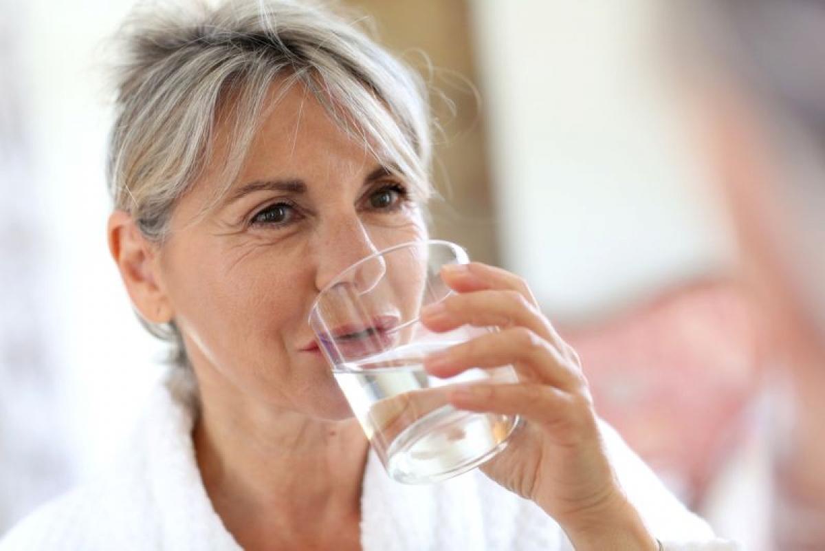 Uống nhiều nước: Đôi khi ta mải tìm kiếm những liệu pháp cao xa mà quên mất việc cơ bản nhất là phải uống thật nhiều nước. Uống đủ nước giúp các cơ quan trong cơ thể hoạt động hiệu quả hơn, từ đó giúp đẩy lùi các triệu chứng viêm xoang hiệu quả hơn.