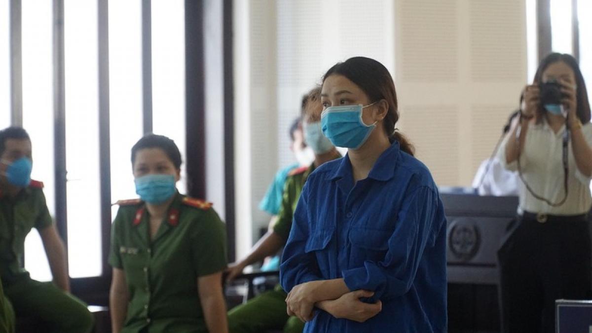 Theo cáo trạng, khoảng tháng 6 Chen Xian Fa ở Trung Quốc đã liên hệ qua mạng nhờ Trinh tìm thuê cho một căn nhà 3 phòng ngủ ở Đà Nẵng. Trinh dù biết Chen Xian Fa không có thị thực nhập cảnh Việt Nam nhưng vẫn đồng ý.